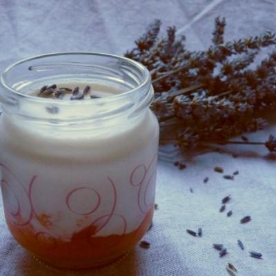 Yaourts à la lavande et au miel sur lit de purée d'abricots