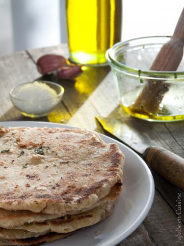 Naans à l'ail, coriandre et huile d'olive