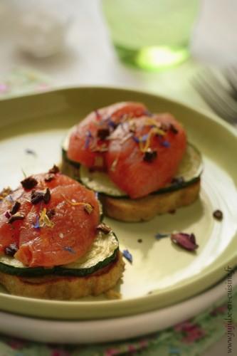 Pain perdu à la moutarde, courgettes et tomates