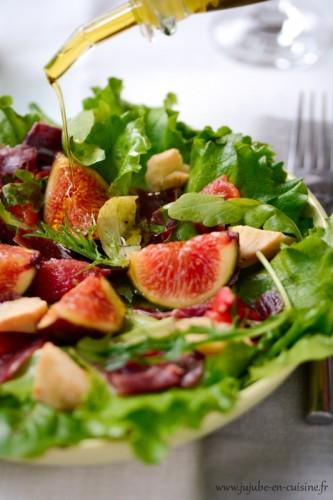 Salade verte, figues, jambon cru, tomates confites…