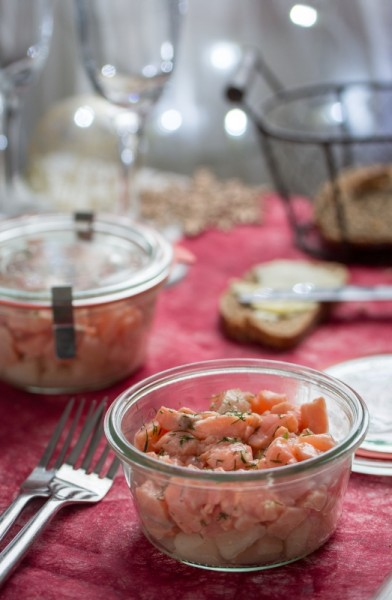 Tartare de saumon mariné et dès de poire (citron, sauce soja, miel, gingembre et cannelle)