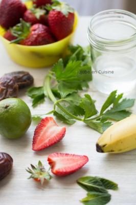 Smoothie fraise, banane, dattes, menthe, citron vert et feuille de cèleri