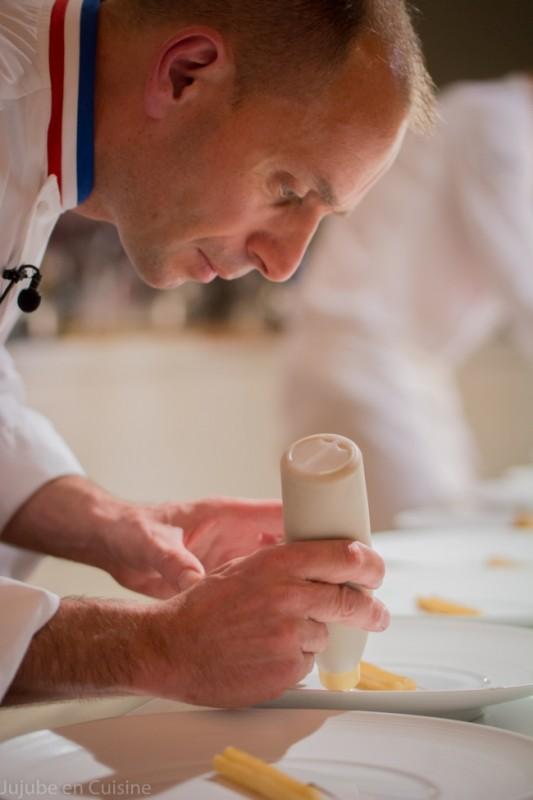 Chef Tissot, concentré, pendant le dressage de son plat...