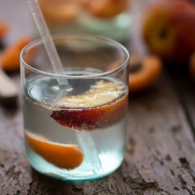 Detox water nectarine abricot romarin