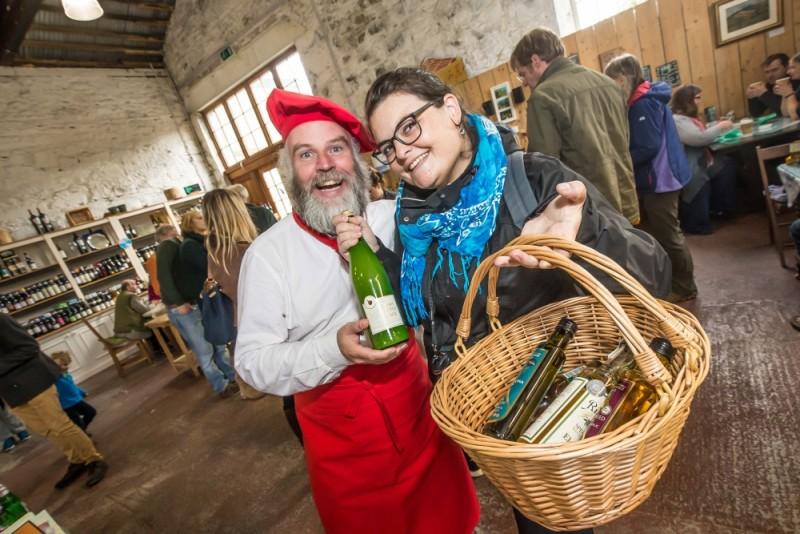 Julie est heureuse d'acheter des produits locaux ! ;-)  -- Photo : Patrick Moore