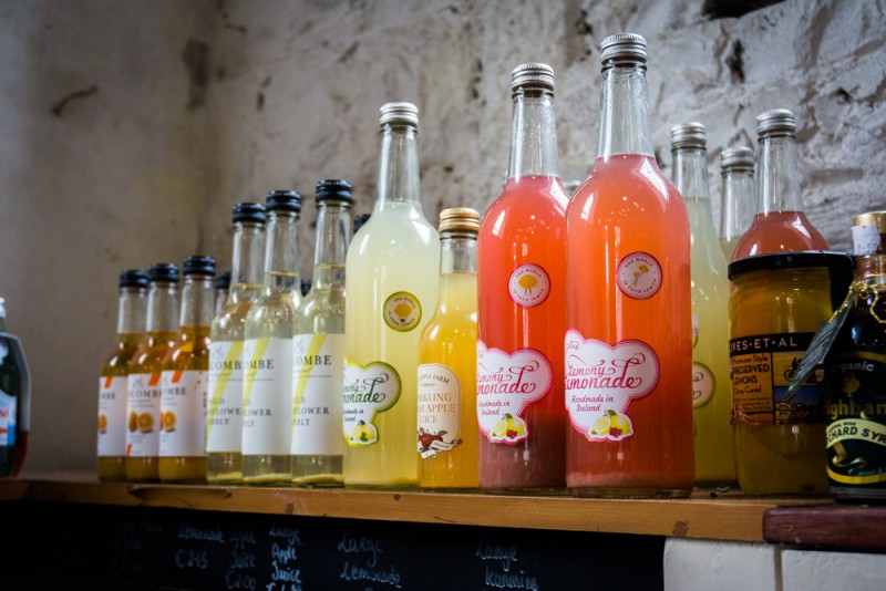 Un choix de sirops et limonades et autres jus, naturels et locaux est proposé