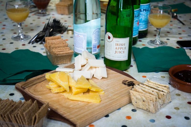 Fromage irlandais servis sur un crackers avec un  chutneys de prunes