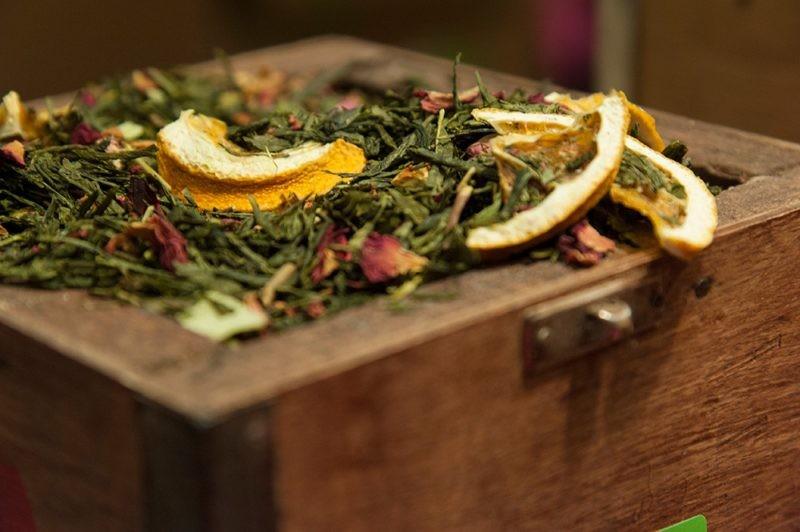 Thés, infusions, épices embaument une partie du salon Saveurs...