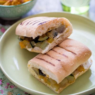 Sandwich «panini» légumes et fromage frais