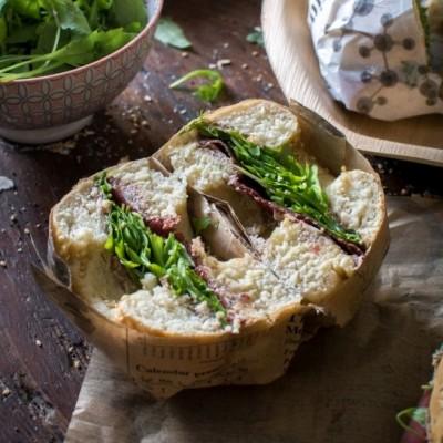 Bagels (viande des Grisons, fromage frais, tapenade, parmesan et roquette)