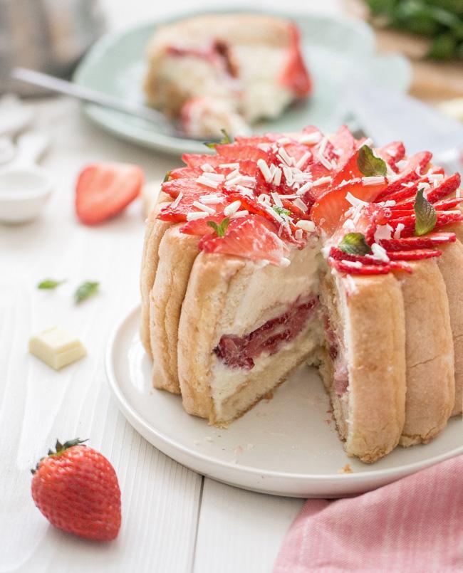 Charlotte aux fraises et mousse au chocolat blanc