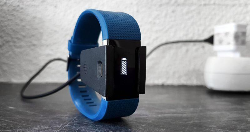 bracelet d'activité Fitbit Charge 2 en chargement | Jujube en cuisine