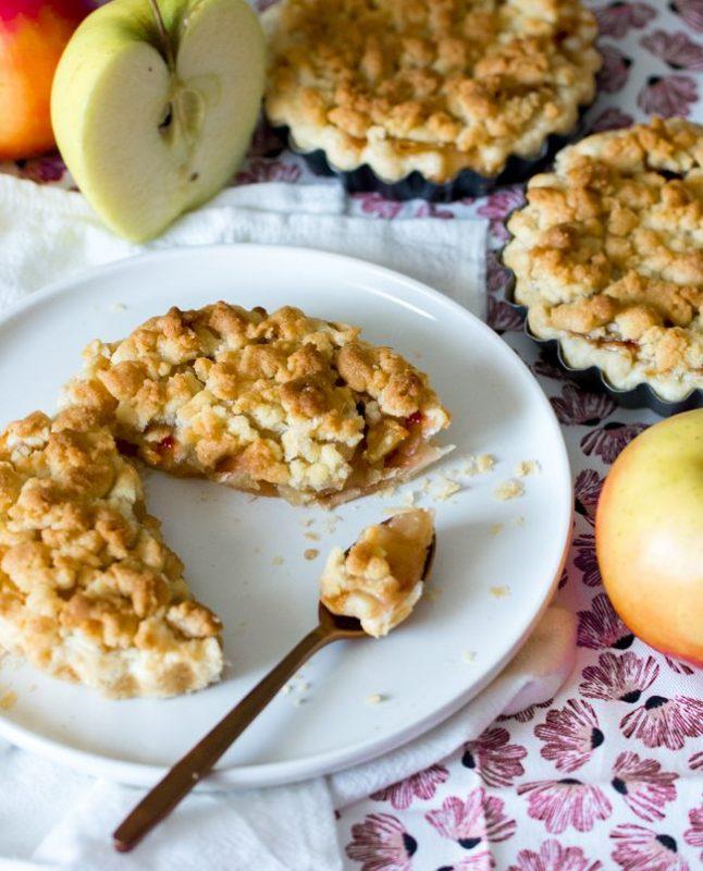 Tarte aux pommes façon crumble (et confiture de fraises)