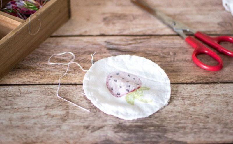Fabriquer des cotons démaquillants lavables maison | Coudre les deux ronds de tissu sur l'envers | Jujube en cuisine